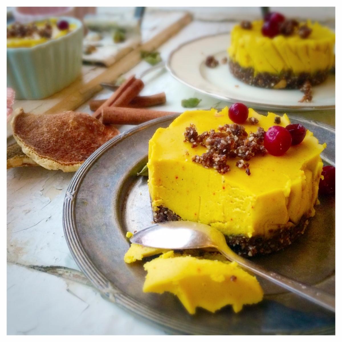 Raw Apelsin och Saffranscheesecake med pepparkakskryddad botten