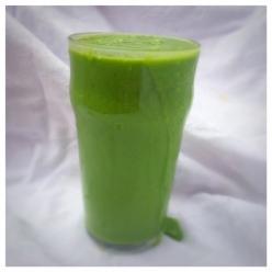 Grön smoothie med spenat och mango