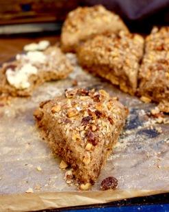 glutenfria fullkornsscones med valnötter och russin